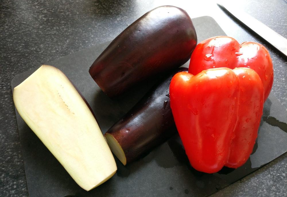Paprika und zwei kleine Auberginen müssen kleingewürfelt werden