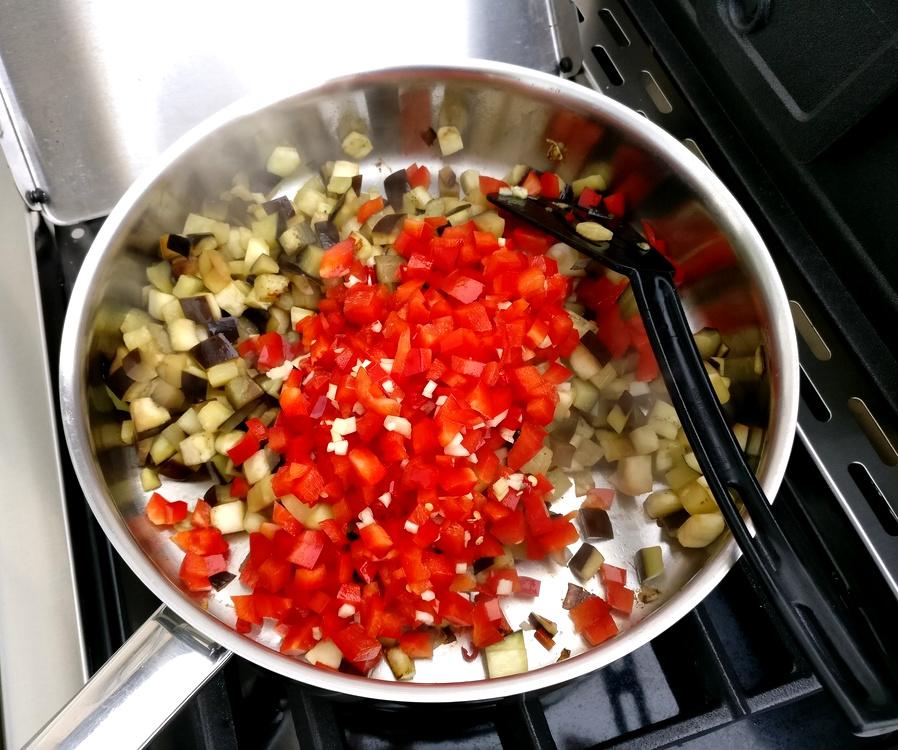 Das Gemüse brate ich auf dem Seitenbrenner meines Broil King Regal 490 an.