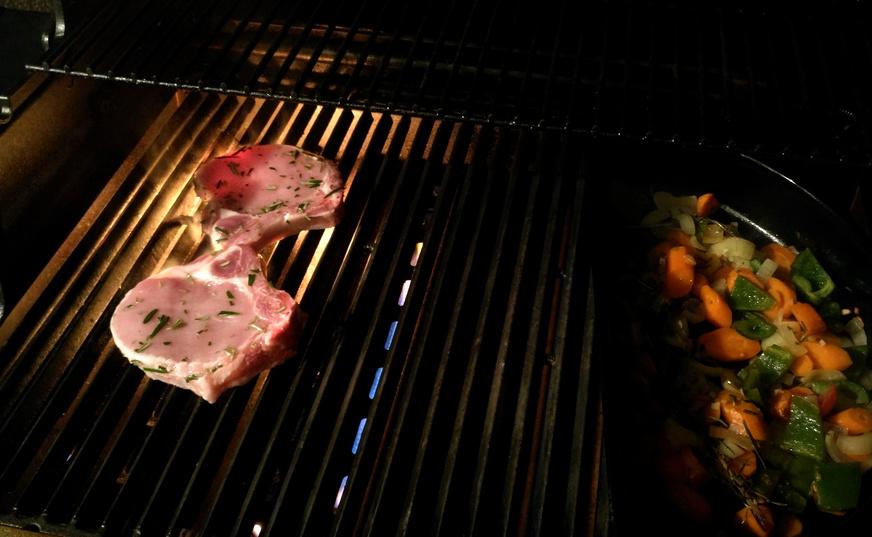 Zischend und brutzelnd liegen die Rosmarin-Koteletts auf dem heißen Gussrost