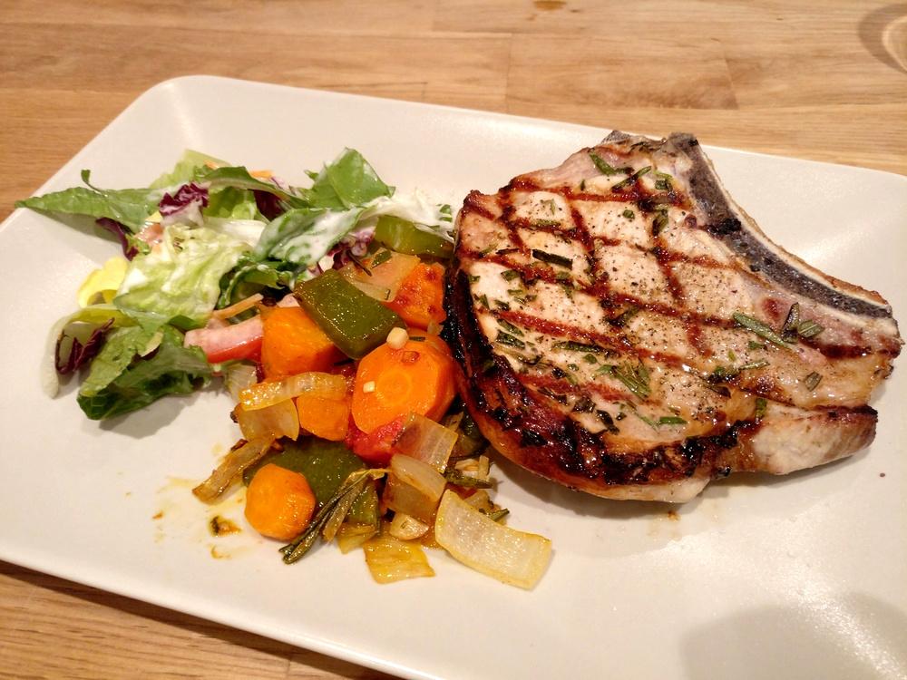 Rosmarin-Koteletts mit Grillgemüse und Salatbeilage