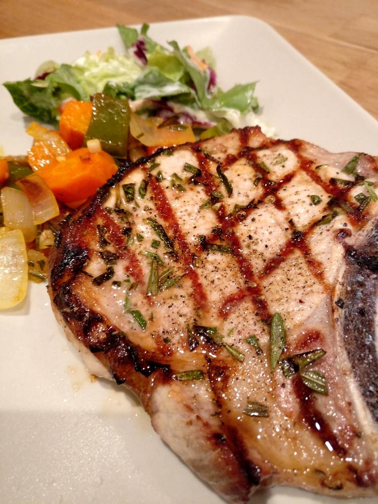 Rosmarin-Kotelett mit Grillgemüse und Salat