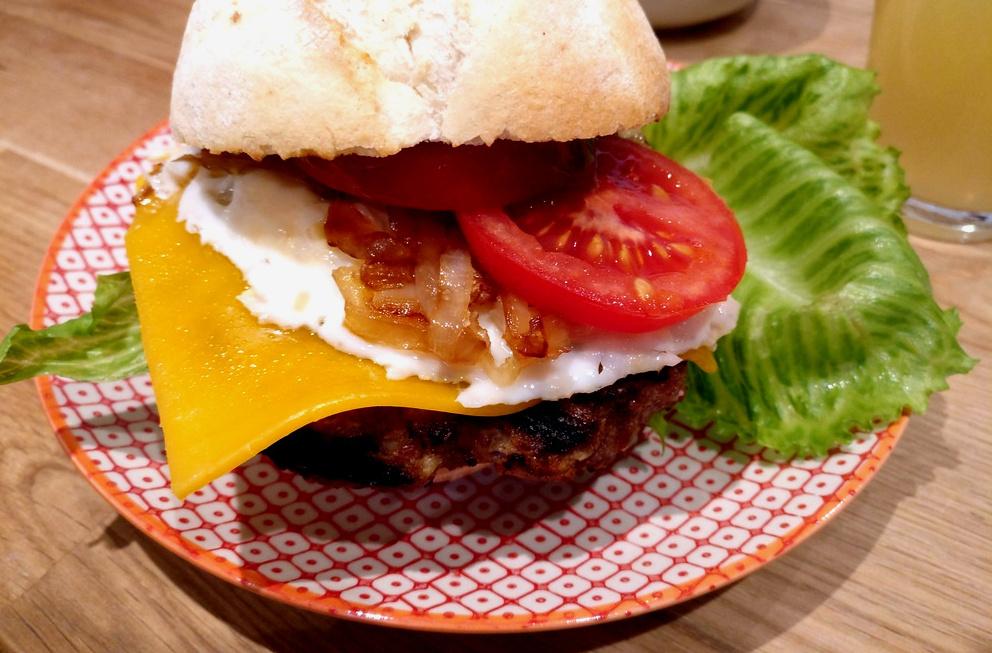 Leckerer Country Burger (Anschnitt)