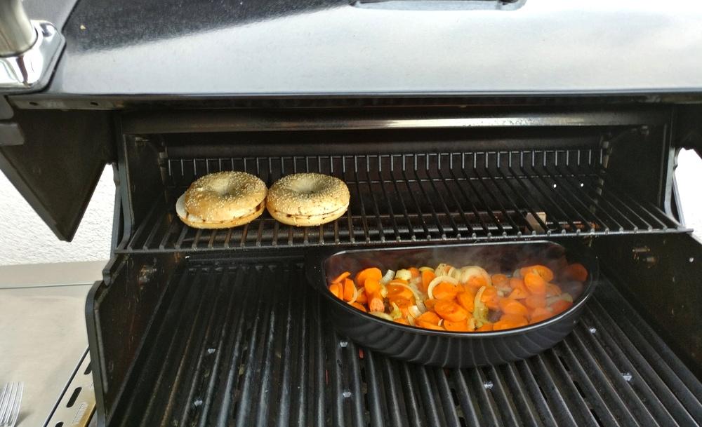 Möhren im Halbmond grillenund Bagel anwärmen