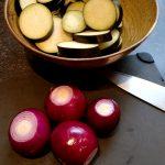 Auberginen, Knoblauch und Schalotten vorbereiten