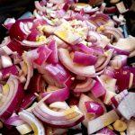 Die Schalotten werden kleingeschnitten und kommen mit dem Knoblauch in den Gourmet Halbmond