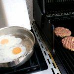 Country Burger Pattys grillen und Spiegelei zubereiten