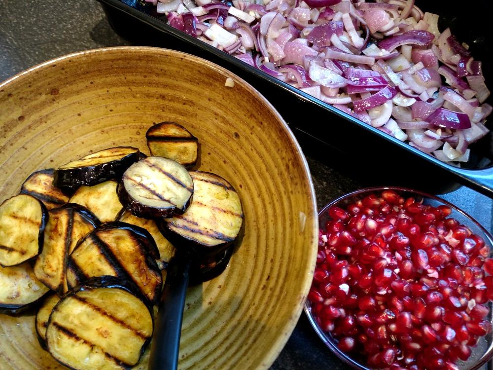 Zutaten für den warmen Auberginen-Salat mit Büffel-Mozzarella und Granatapfel