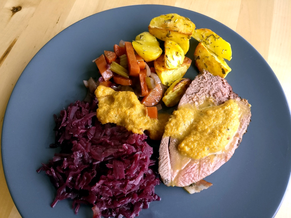 Rehkeule im Kräutermantel mit Rotkohl Grillgemüse und Rosmarin-Kartoffeln