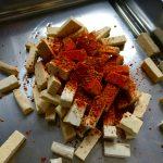 Zunächst den Rub auf den Tofu geben und scharf anbraten