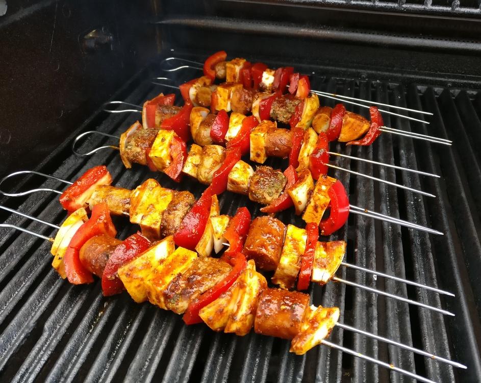 Die vegetarischen Seitan-Grillspieße kommen auf den heißen Grillrost