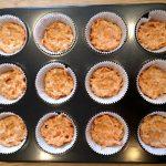 Muffin-Boden in die Formen geben