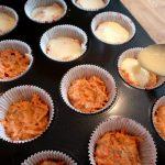 Der Cheesecake kommt auf den Muffin-Boden
