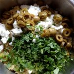 Gemüse und Couscous mit Minze, Oliven und Feta vermengen