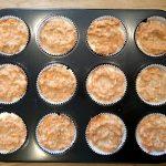 Nun sind Mandel-Möhren-Muffins mit Cheesecake-Füllung und Streuseln bereit zum Grillen