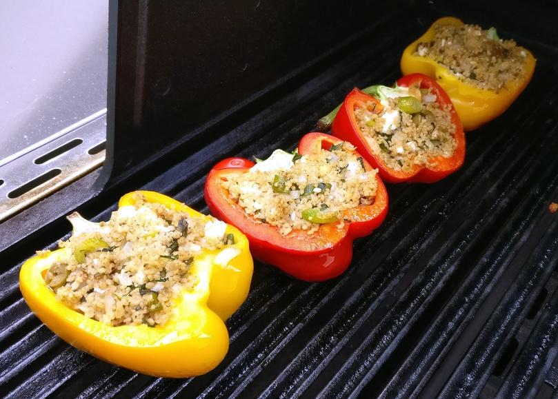 Die gefüllten Paprika marokkanischer Art bei geringer Hitze direkt grillen