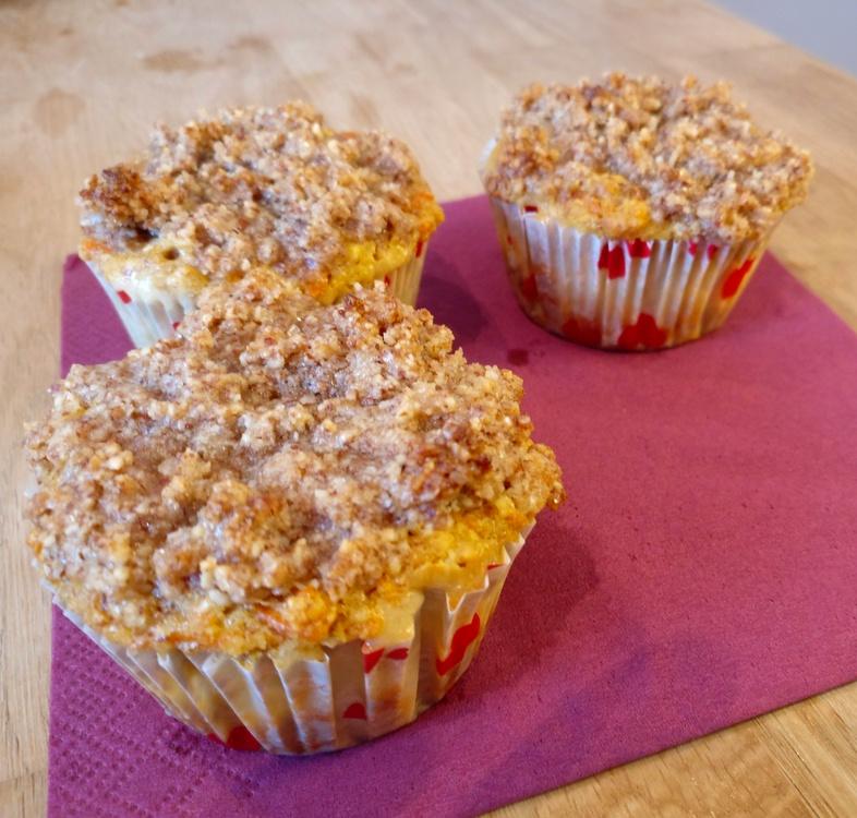 Mandel-Möhren-Muffins mit Cheesecake-Füllung und Streuseln
