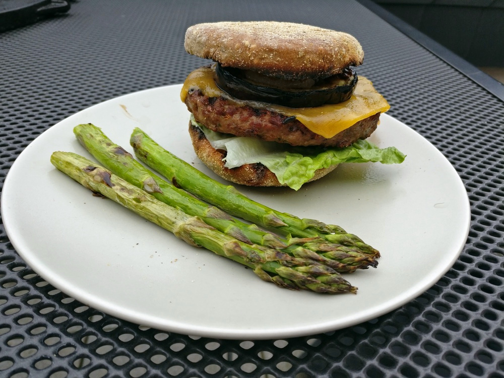 Auberginen-Burger mit grünem Spargel
