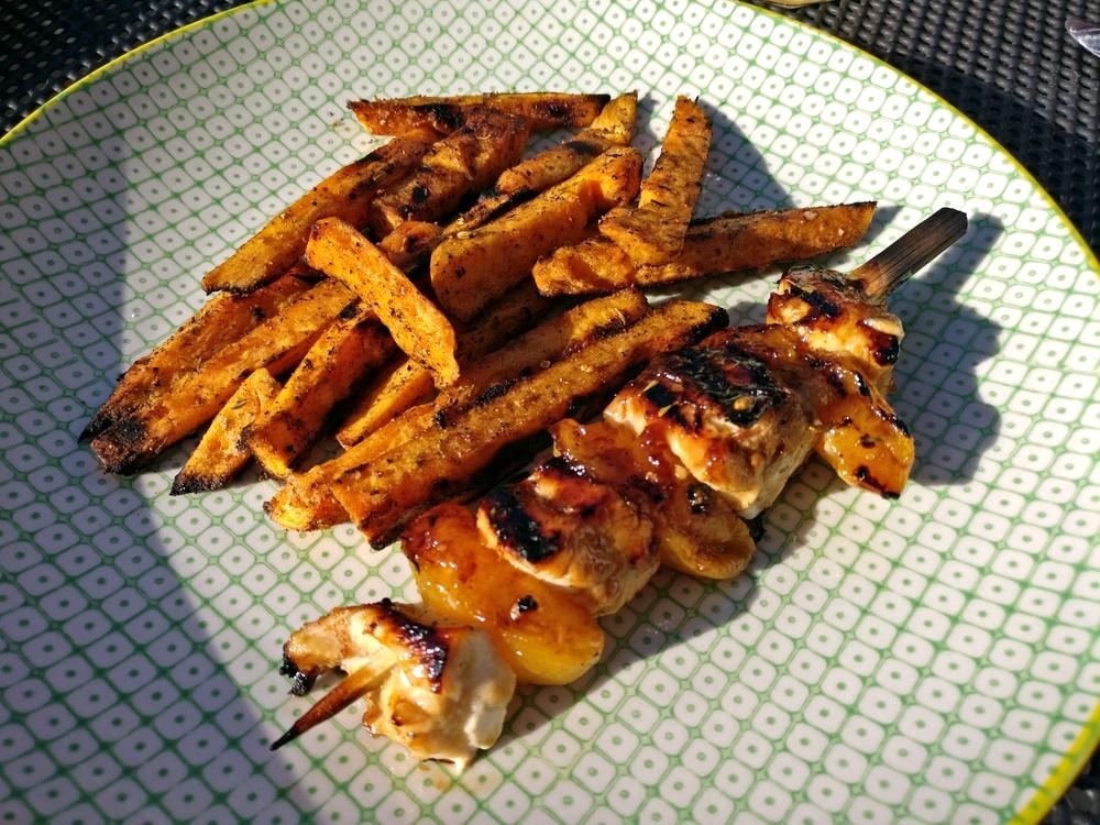 Soja-Aprikosen-Hähnchenspieße mit Süßkartoffel-Pommes