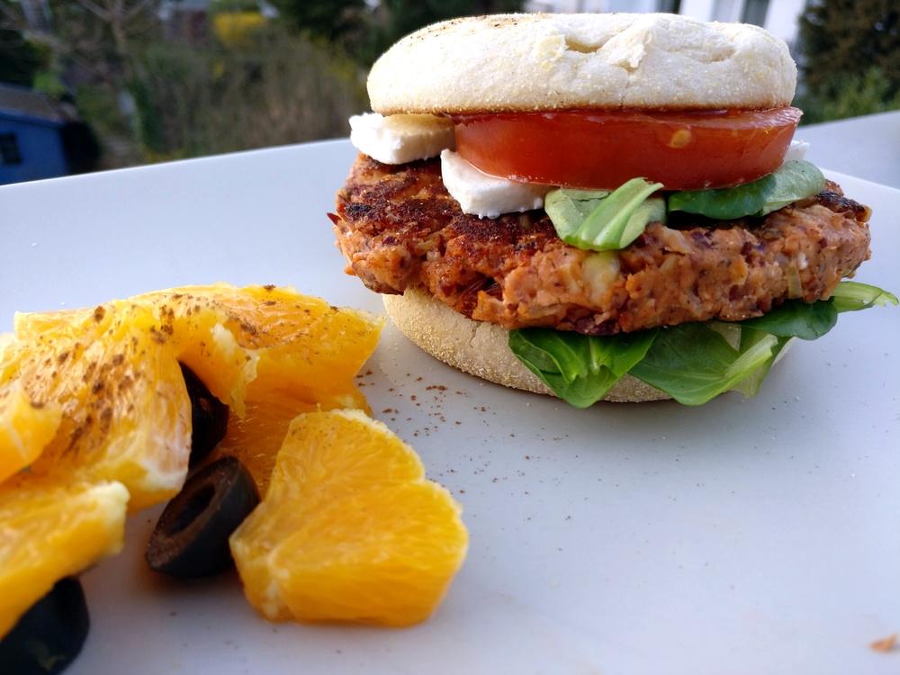 Veggie-Burger auf Basis von Kidney-Bohnen, Feta und Cashzw-Nüssen, dazu Orangen-Oliven-Salat