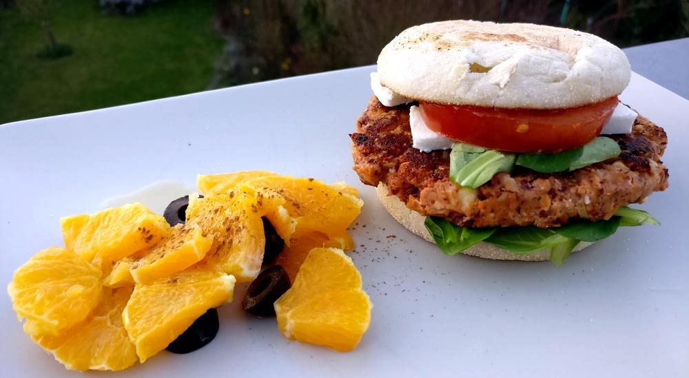 Veggie-Burger mit Orangen-Oliven-Salat
