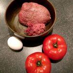 Gehacktes, ein Ei und die Fleischtomaten liegen bereit