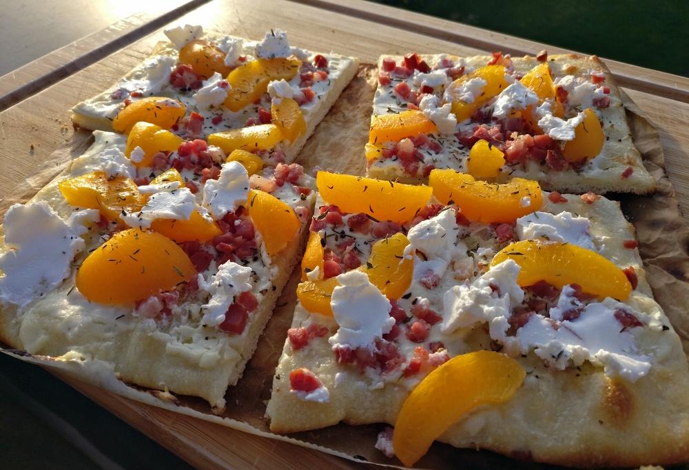 Flammkuchen mit Aprikose und Ziegenkäse
