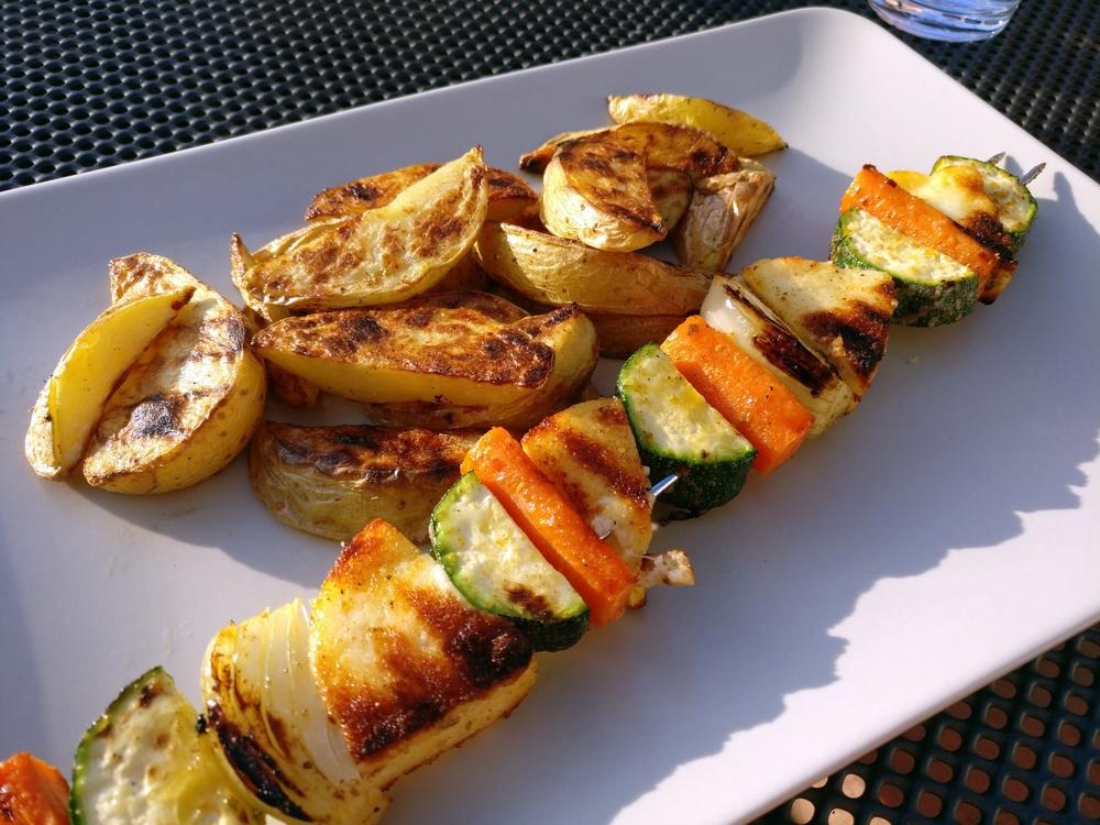 Gemüse-Käse-Spieße mit Wedges