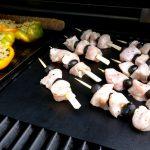 Die gefüllten Paprika und die Hähnchenspieße werden direkt gegrillt