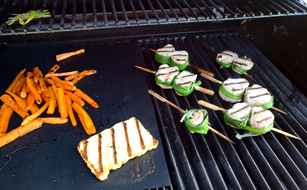 Die Spieße und Karotten werden gegrillt