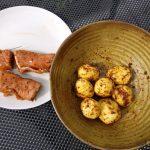 Fächerkartoffeln und Schweinelachssteak mit Feta sind zum Drucken bereit