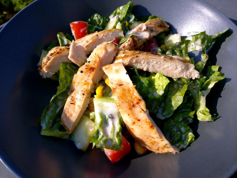 Sommersalat mit Hähnchenbrust