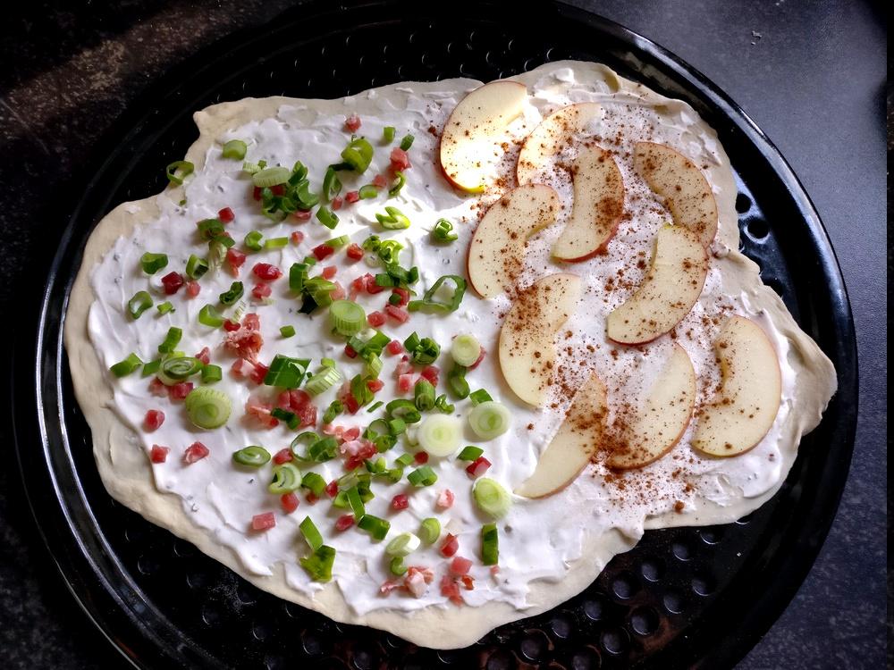 Ein gemischter Flammkuchen Elsässer Art sowie mit Apfel und Zimt