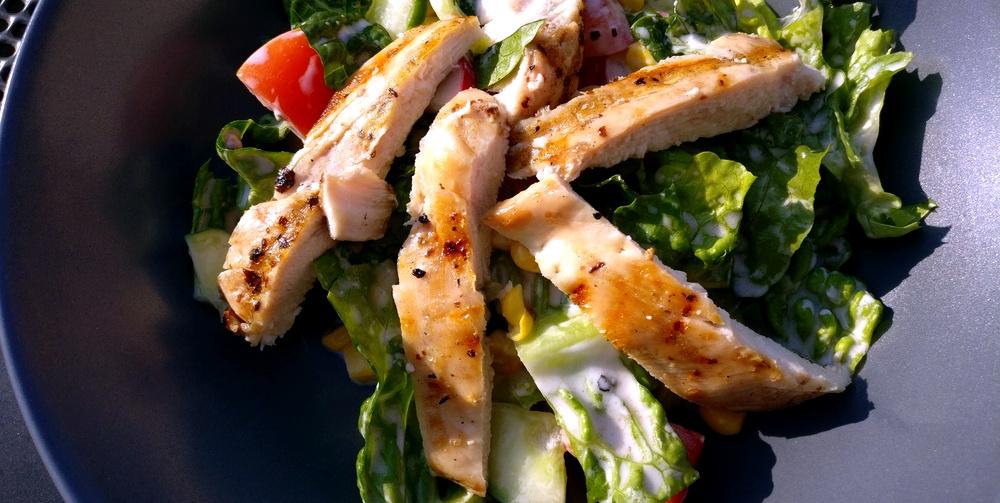 Sommersalat mit Joghurt-Dressing und Hähnchenstreifen