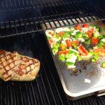 Das Entrecôte wird direkt angegrillt - daneben die Schale mit Grillgemüse