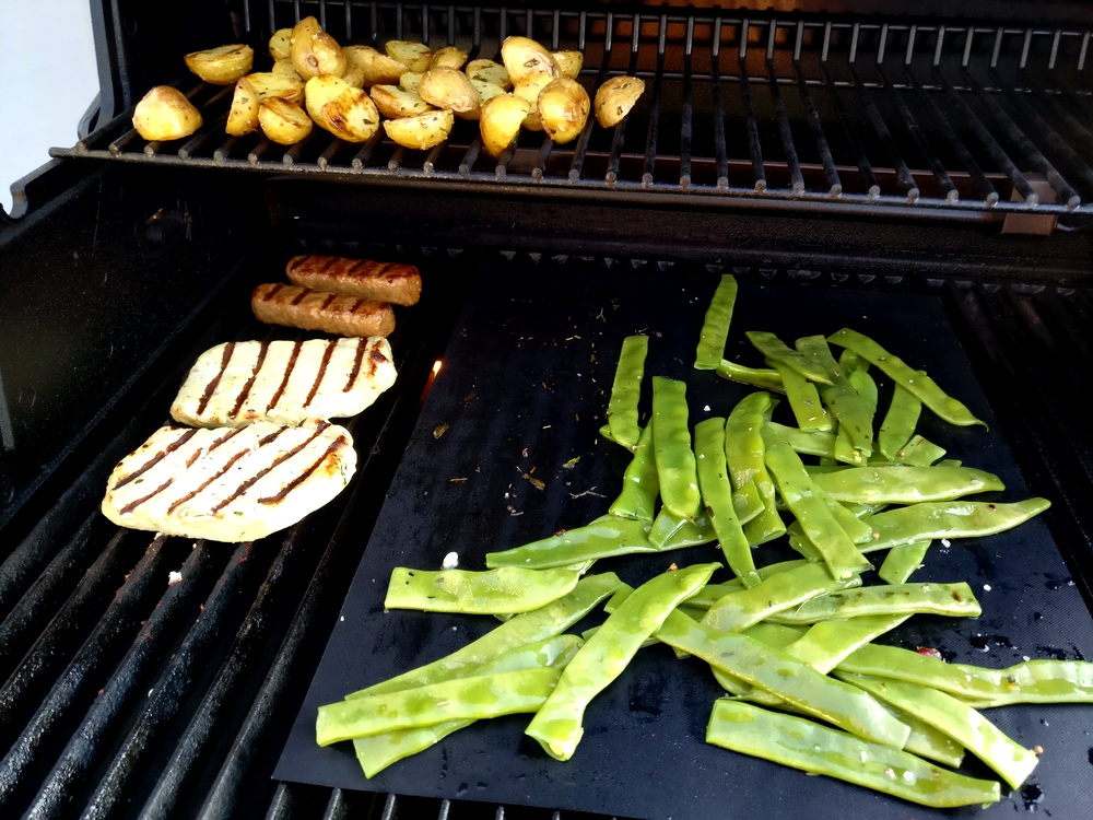 Alles auf Grill: Steaks, Kartoffeln und Gemüse
