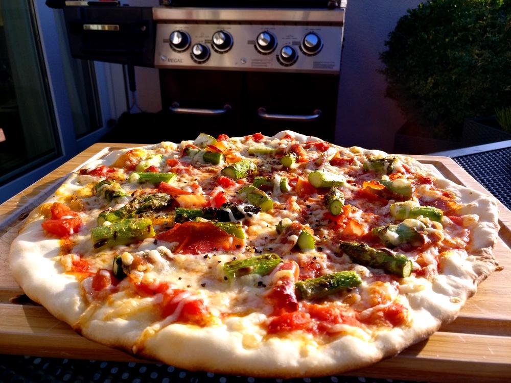 Die Pizza mit Spargel, Serrano und Knoblauch ist fertig