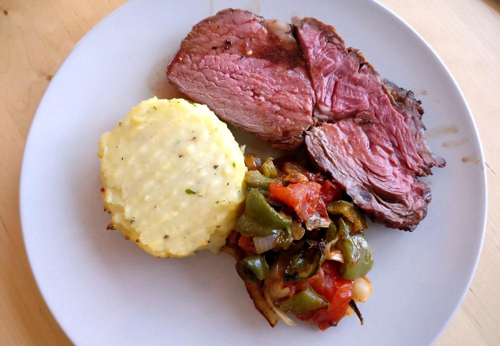 Tolles Entrecôte-Steak mit Kartoffelpüree und Grillgemüse