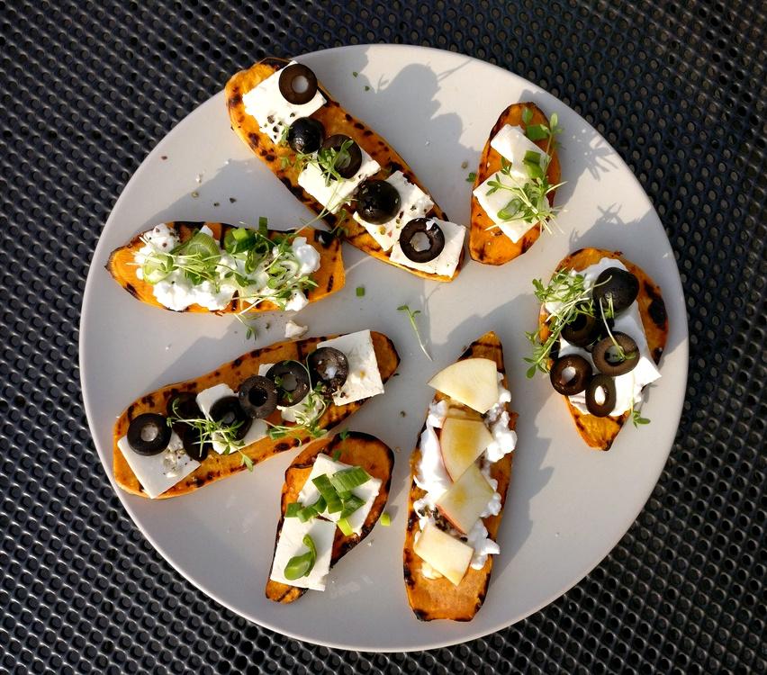 Tolle Varianten der Süßkartoffel-Toasties mit Oliven