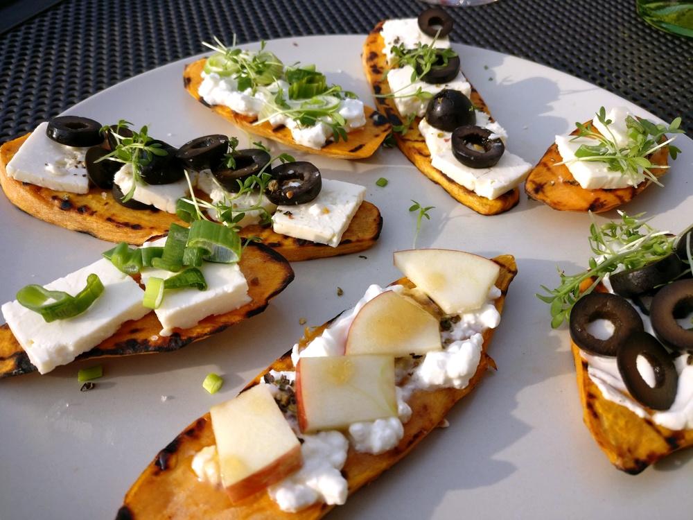 Varianten von Süßkartoffel-Toasties mit Oliven, Feta, Ricotta und Apfel
