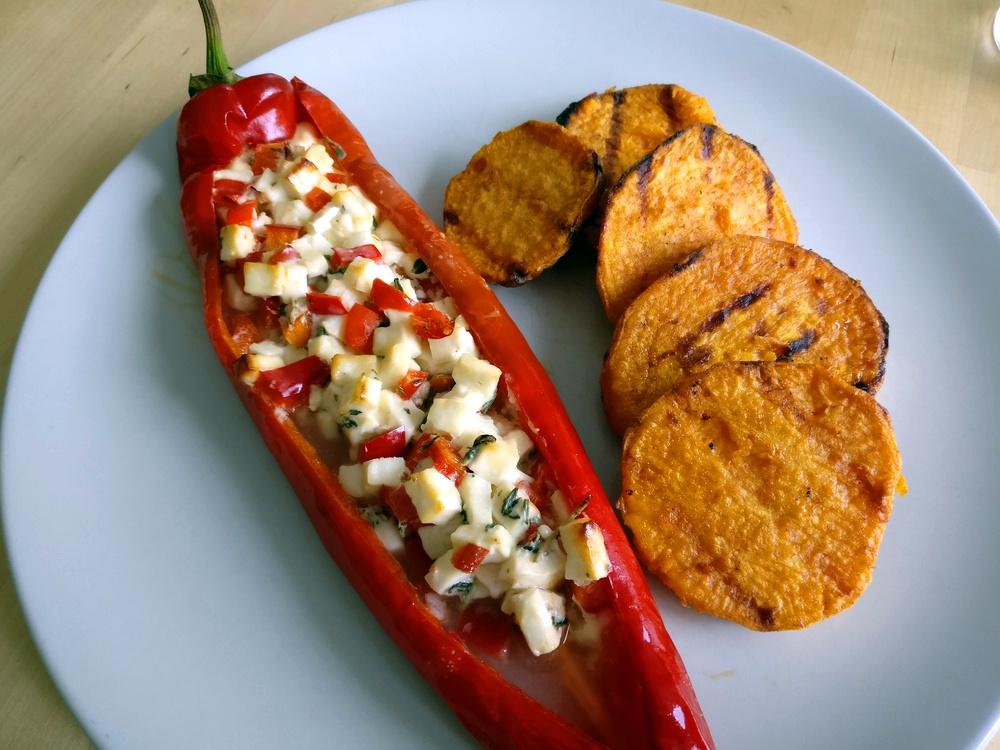Die Spitzpaprika-Schiffchen mit Thymian und Feta sehen nicht nur gut aus, sondern schmecken auch toll