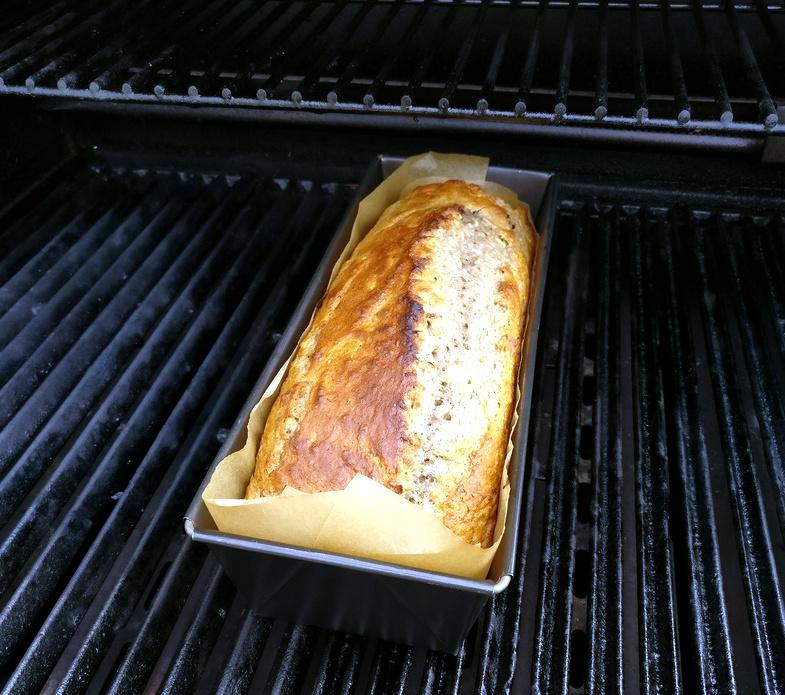 Das Bananenbrot ist fertig und kann vom Grill