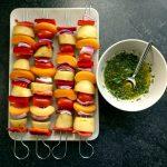 Die Gemüsespieße und die Basilikum-Knoblauch-Marinade stehen bereit