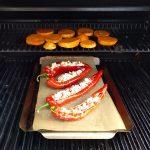 Die Spitzpaprika und die Süßkartoffelscheiben werden indirekt gegrillt