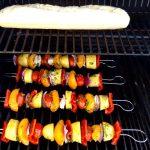 Unten grillen die Gemüsespieße, oben das Kräuterbaguette