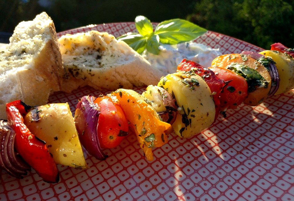 Einfach lecker, diese Spieße aus Gemüse mit Basilikum-Knoblauch-Marinade