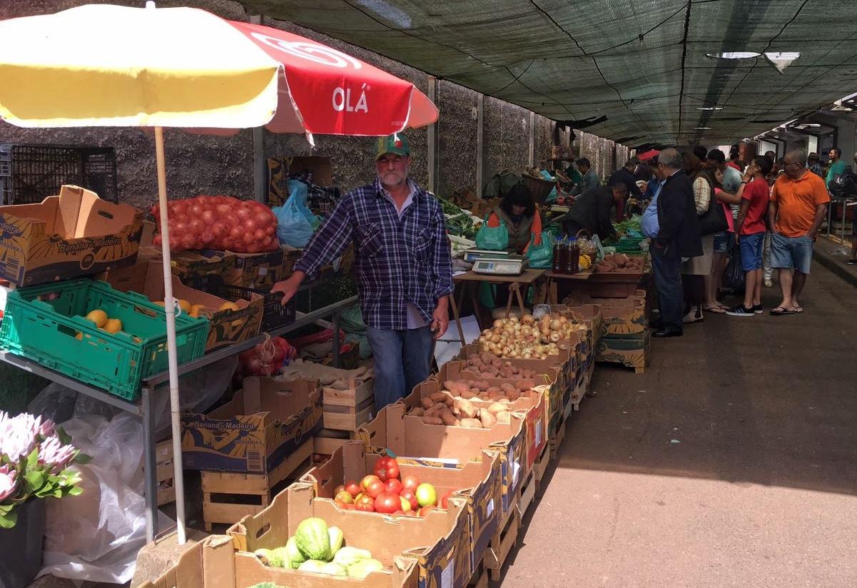 Händler auf dem Markt in Santo da Serra