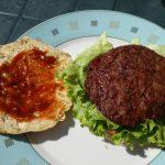 Dann kommt Salat und die Hamburger Frikadelle