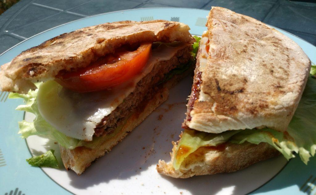 Super lecker, mit extrem viel Knoblauch - das ist der Bolo do Caco Hamburger auf Madeira