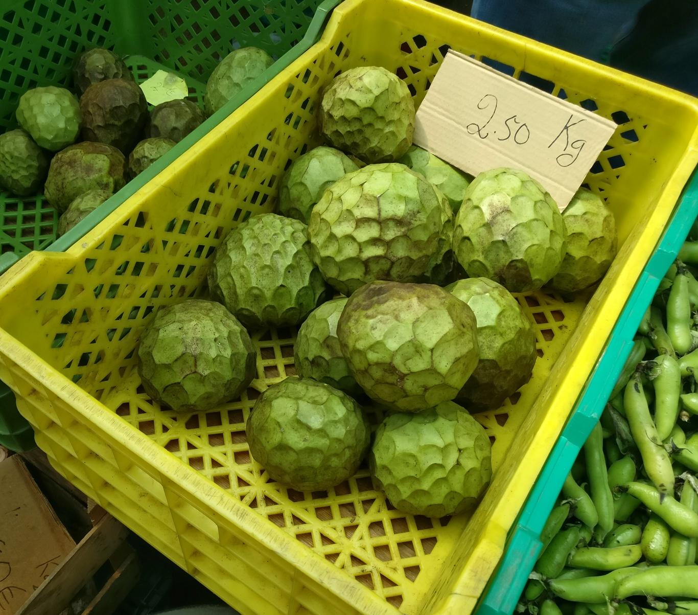 Anonas auf dem Markt in Santo da Serra