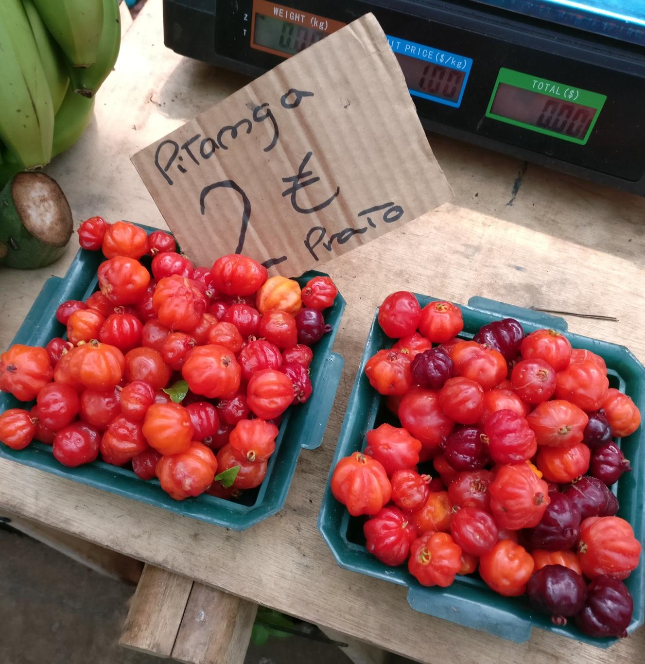 Pitangas auf dem Markt in Santo da Serra